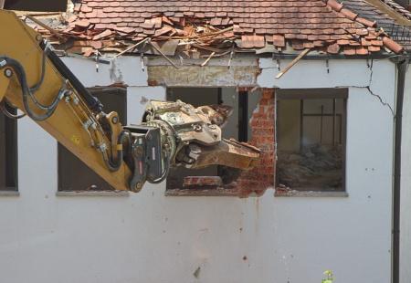 登録を受けずに解体工事業を営んでいると罰則の対象となる。(青森 行政書士)
